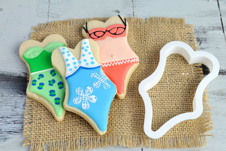 Kick off your shoes and enjoy the summer sun with our Bikini One Piece Cookie Cutter. Great for cookouts, beach trips, and summer celebrations! This cutter comes in 3 sizes: mini, standard, and large.