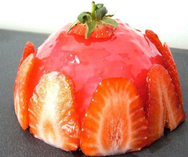 Avec l'arrivée des beaux jours vient le retour des fraises… Voici donc une recette pour les utiliser : un dôme façon fraisier avec une crème mousseline à la vanille et un cœur gelifié à…