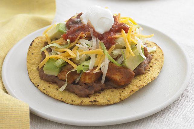 Vous n'avez jamais mangé de tostadas? Voici l'occasion de découvrir ces tortillas croustillantes garnies d'une variété d'ingrédients tels que haricots frits, poulet, fromage râpé, laitue, avocat, salsa et crème sure.
