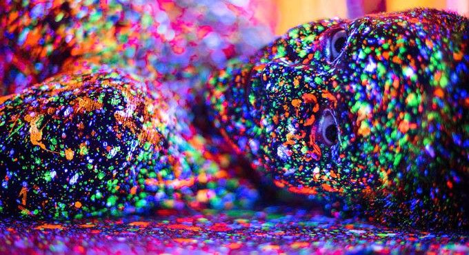 Según su propio autor, el fotógrafoAlex Markow, la serie Lost In Infinity Split se podría comparar a un viaje ácido. En ella conviveuna gran cantidad de pintura fluorescente y luz negra que hace a los cuerpos fundirse conel espacio, desafíar nuestra perspectiva y fascinarnoscon el color. Conoce más sobre el trabajo de este artista aquí.