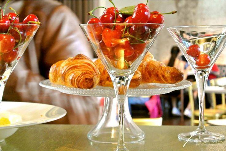 Croissant sfogliati e frutta fresca di stagione...