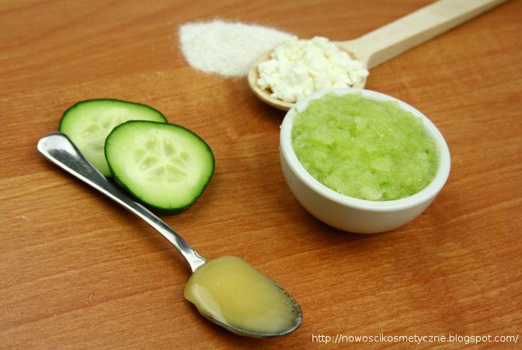 Maseczka ogórkowa do każdego typu cery.      2 łyżeczki twarogu białego,     2 łyżeczki mąki gryczanej,     1,5 łyżeczka miodu,     1 ogórek zielony.  Dodatek twarogu i miodu ma silne działanie uelastyczniające, nawilżające i odświeżające cerę.  Przygotowanie:  Duży ogórek należy pokroić na kawałki i zmielić blenderem, nadmiar soku ogórkowego odsączyć przez gazę lub sitko. Wszystkie składniki wymieszać na gładką masę.