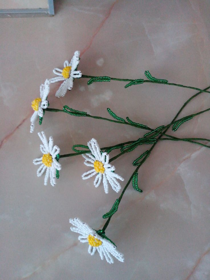 Сегодня я расскажу вам, как сделать ромашку из бисера на примере одного цветка, а вы уже можете сами пофантазировать и сделать букет ромашек, который вы можете сделать как для себя, так и в подарок близким. Есть несколько вариантов плетения ромашек, я поделюсь с вами одним из них. Для работы нам потребуются: бисер белый, зеленый, желтый размером 12/0, проволока 0,3 мм.