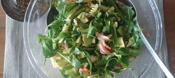 Recept van #overkruiden: maaltijdsalade met avocado en gerookte zalmsnippers.