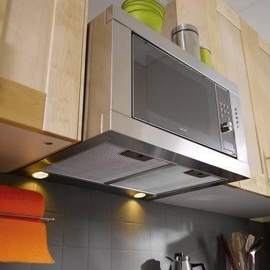 Un micro-onde avec hotte intégrée est un bon moyen d'optimiser la place dans une cuisine étroite.