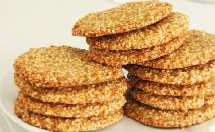 Sezamky  70 g hladká mouka 60 g máslo 120 g hnědý cukr 1 ks vejce 1/2 lžičky vanilkový extrakt 1 lžíce citronová šťáva 160 g sezamová semínka 1/2 lžičky prášek do pečiva 1/2 lžičky sůl