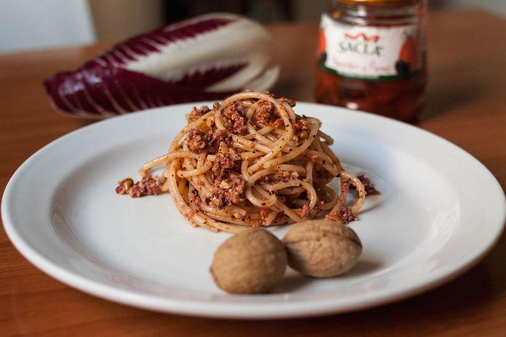 Spaghetti con pesto di radicchio rosso, noci e pomodori al forno #pasta #italianfood #ciboitaliano #spaghetti #italianpasta #italy #italia #piacenza