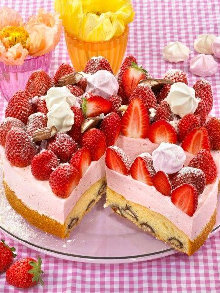 Eine herrlich lockere Erdbeer-Creme mit frischen Erdbeeren und schokoladiger Yogurette - diese Torte ist ein echter Frühlingstraum!