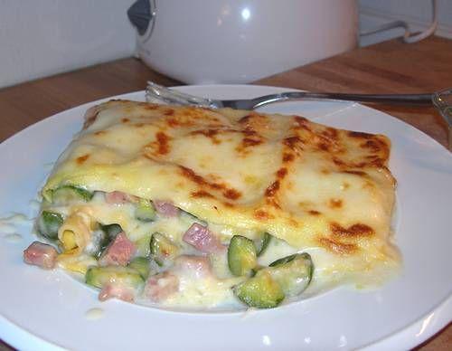 Impossibile resistere a queste deliziose lasagne con zucchine, prosciutto e provola. Un primo piatto semplice e sfizioso.