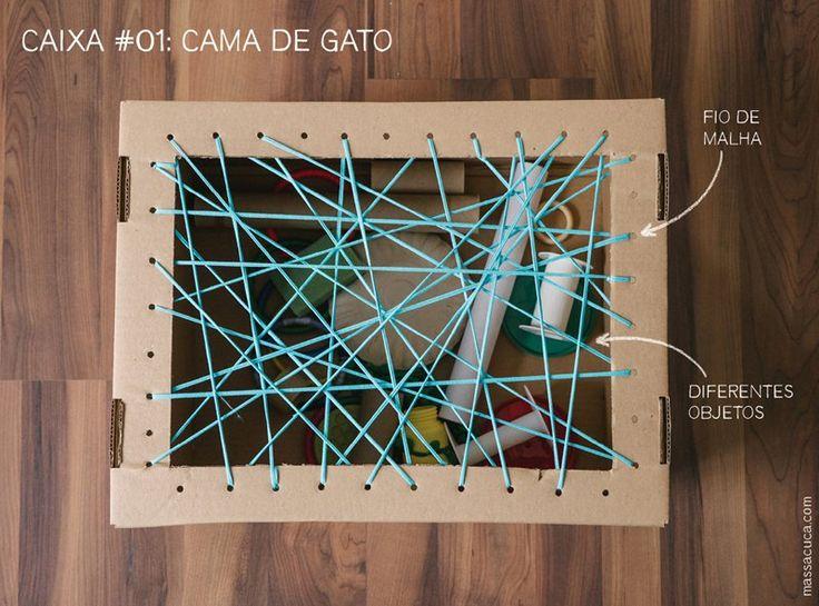 Caixa #01: Cama de gato Uma das atividades mais compartilhadas do Massacuca ganhou sua versão de papelão. Cortamos a tampa da caixa e fizemos furos para prender a trama feita com fio de malha. Dentro da caixa, diferentes objetos não estruturados para os pequenos explorarem livremente.