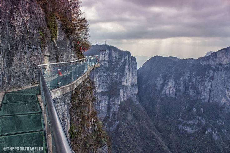 Tianmen Montagne Walkway (Zhangjiajie, Chine) Suspendu à 4000 pieds au-dessus d'un ravin se trouve une passerelle de verre sur la Tianmen Mountain. Pas très large, ni très épaisse (2,5 cm), la passerelle permet aux touristes de tester un peu d'ingénierie moderne. La marche n'est pas physiquement pénible, mais ce pont de verre viendra défier votre mental si vous décidez de regarder vers le bas.