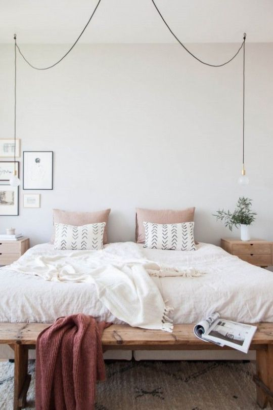 Un plaid bordeaux au bout du lit, il n'y a rien de plus chic...