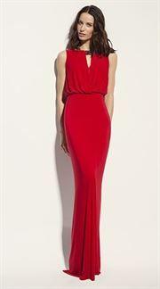 Vestido largo rojo con abertura y pedrería en el cuello