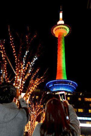 聖夜染める赤と緑 京都タワーライトアップ