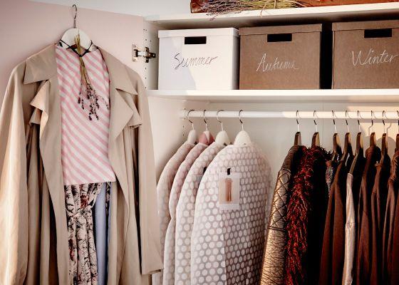 Protege los vestidos veraniegos más delicados colgándolos dentro de bolsas para ropa o debajo de abrigos limpios. Para proteger las prendas de las rozaduras, cuélgalas en perchas de madera grandes o forra las perchas de metal con papel de muselina.