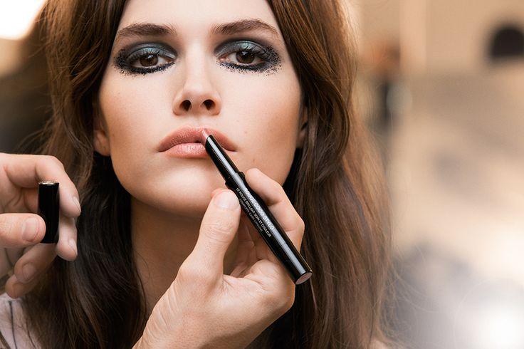 Широкие стрелки, смазанные smokey eyes, бледные губы и небрежные локоны с начесом — образы моделей для показа Chanel Métiers d'Art повторяют стиль иконы 60-х Брижит Бардо.