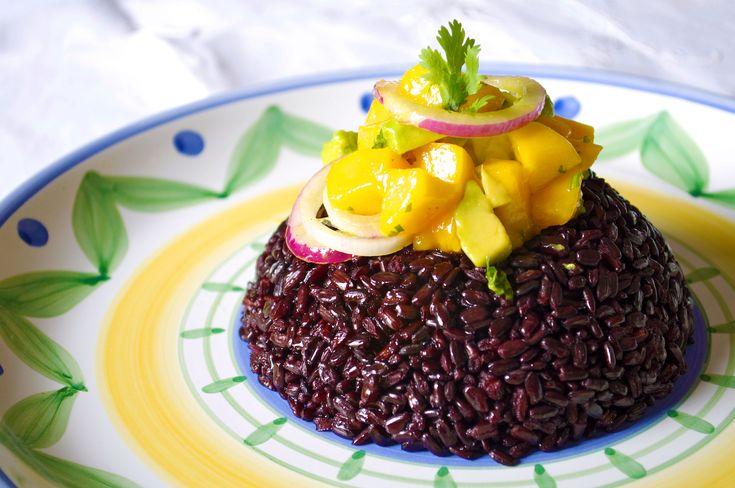 Riso nerone con salsa di mango e avocado