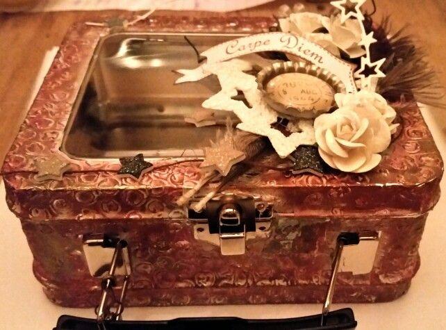 DT oppdrag for Gode minner. Metalltape som er embosset, gesso, silks maling og pyntet med blomster, fjær, stjerner m.m