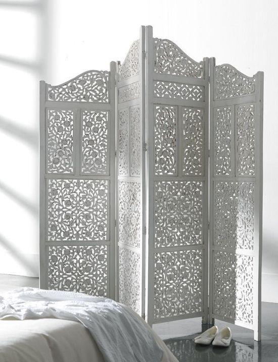 Biombo decorativo en madera blanca con decoración geométrica calada. Localizado en todas las habitaciones.