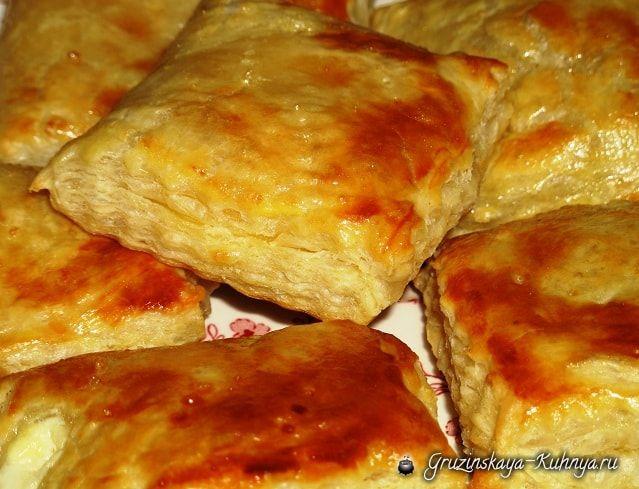 Слоеное тесто используется в Грузии для приготовления популярных национальныхблюд — хачапури, пеновани, лобиани, пирожков, пирожных и тортов. Данный пошаговый рецепт поможет вам приготовить …