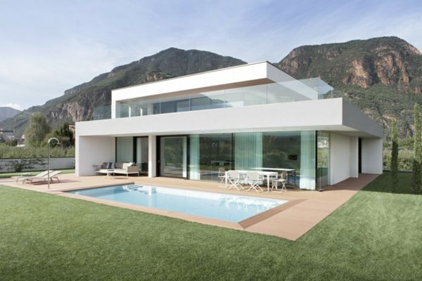 une maison blanche rectangulaire et une piscine en bois rectangulaire