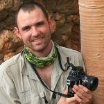 Cédric Pollet, né à Nice en 1976, est photographe botaniste et ingénieur paysagiste de formation. En 1999, il a intégré le département d'horticulture et de paysage de l'Université de Reading en Angleterre. Le tronc tourmenté d'un vénérable chêne pluriséculaire lui a alors littéralement ouvert les yeux sur un monde qui lui était jusque-là totalement inconnu : celui des écorces. il a parcouru près d'une trentaine de pays et a identifié environ 500 espèces de plantes à écorces remarquables