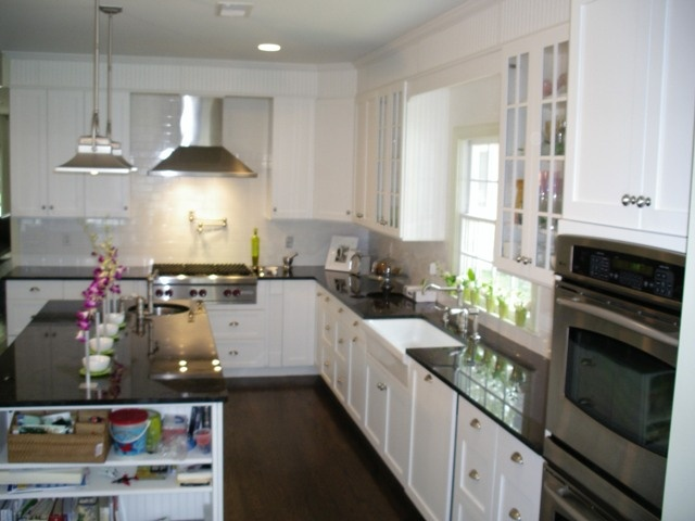 Kitchen with white shaker cabinets black counter for White kitchen cabinets with crown molding