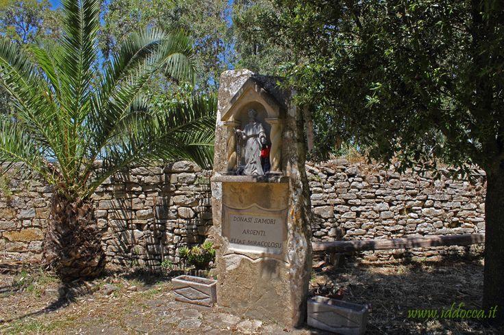 Statua di Sant'Elia, presso la chiesa campestre.  The statue of Saint Elia, near the rural church.