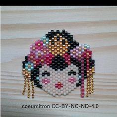 Dans la série femmes du monde, après l'esquimau, je demande la jeune fille traditionnelle japonaise (ou la geisha, j'avoue mon ignorance!) perles de @perlescorner et @perlesandco , chaîne de @perlescorner #geisha #fille #woman #girl #japon #japan #traditionjaponaise #costume #fleurs #flowers #broche #bijou #jewel #kokechi #jenfiledesperlesetjassume #perlesaddict #perlesaddictanonymes #perlesandco #perlescorner #beads #miyuki #handmade #diy #createurfrancais #motifcoeurcitron