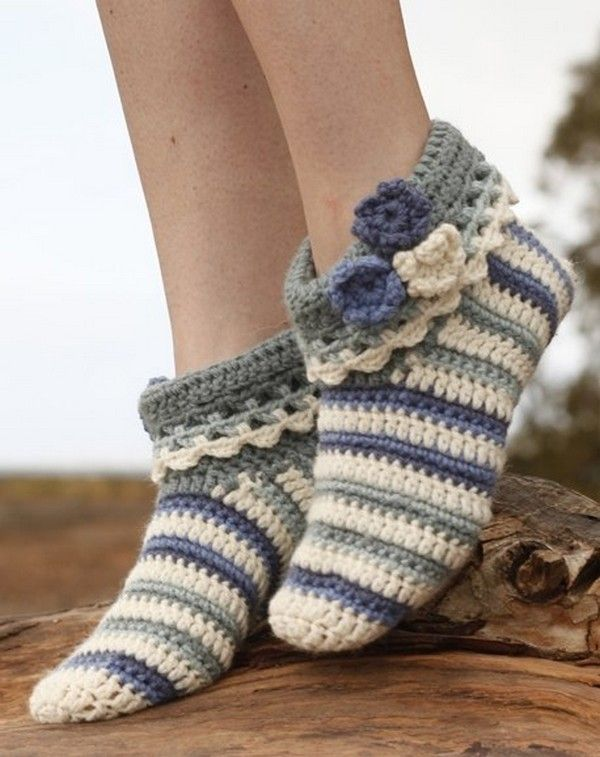 Эти милые тапочки-носочки: Аннабель не только радуют своим внешним видом, но еще и первоклассно согревают ваши ножки в холодные, зимние вечера. Они созданы для настоящих принцесс. Во время вязания у вас не возникнет затруднений, если вы будите следовать представленной нами схемой. Тапочки исполнены крючком, так что отложите ненадолго спицы и займитесь этим невероятным вязанием.