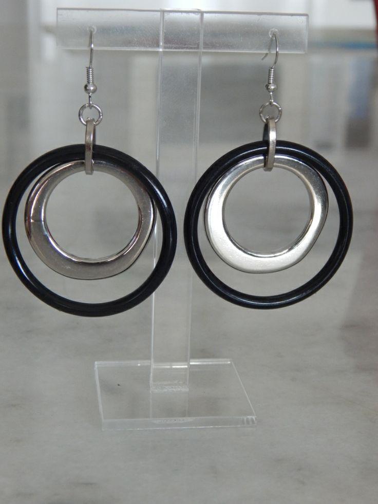 (109) σκουλαρίκια διπλός κρίκος ασημί και μαύρος που μπαίνει ο ένας μέσα στον άλλο.