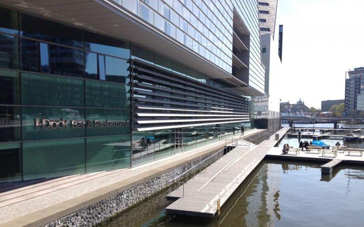I-Dock: hotspot aan het water Nieuw in Amsterdam vlakbij het centraal station: I-Dock. Een modern, tot in de puntjes verzorgd restaurant aan het water met uitzicht op een levendige eendagshaven aan de IJdok. Shared Dining, goede wijn, uitzicht op het water en een prachtig terras. Wat willen we deze zomer nog meer?