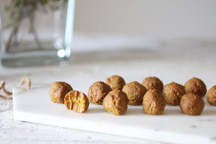 Palline energetiche con le carote e spezie autunnali è una ricetta di gustoso snack, velocissimo da realizzare, naturalmente senza glutine, raw e vegan.