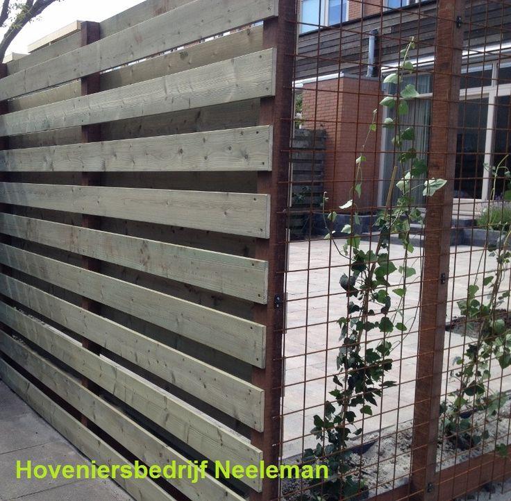 Schutting vurenhout i.c.m. geroeste betonstaalmat. Geplaatst door Hoveniersbedrijf Neeleman in Rotterdam.
