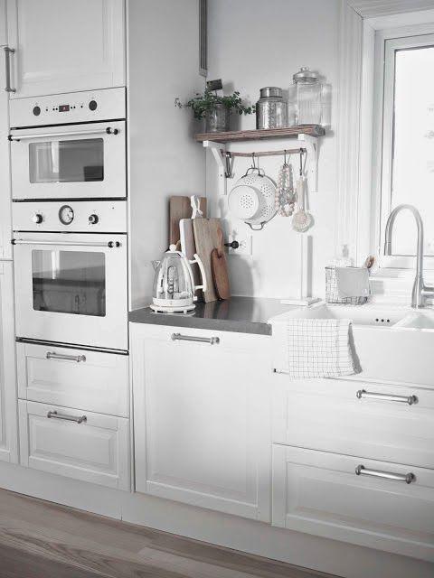 Una cocina blanca y gris con office n�rdico