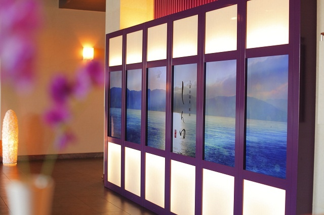 <ロビー>日本の伝統や諏訪湖周辺の風景、四季の森羅万象を写しだした、 静かに流れる映像美で心を緩めてください。