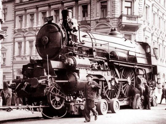Transport 375.007 pražskými ulicemi z depa Bubny do budovy Národního technického muzea na Letné dne 4.10.1955; zdroj: archiv NTM