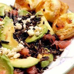 Салат из дикого риса с авокадо, грейпфрутом и горгонзолой