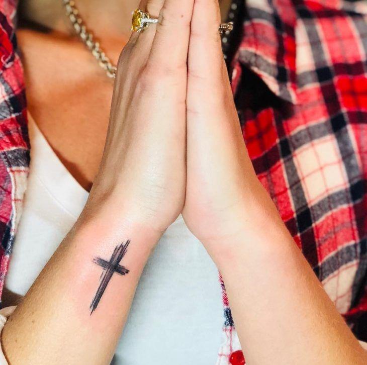 Tatuagem de fé: 80 ideias inspiradoras para homenagear sua crença   Tatuagem de fé, Tatuagem, Tatuagem cruz no braço