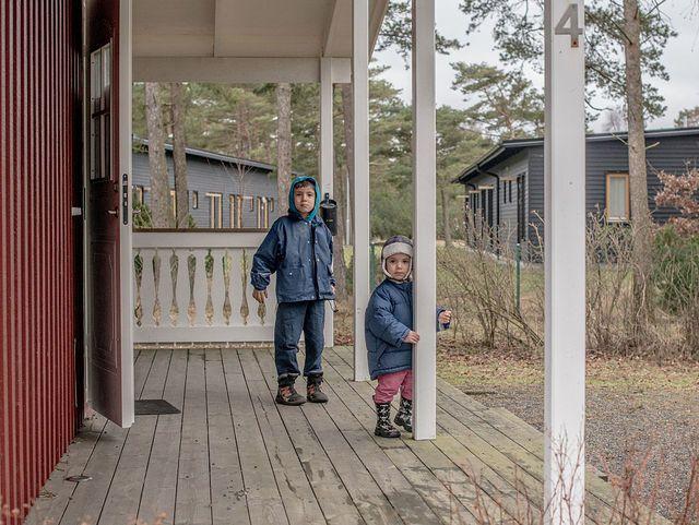 Les économistes suédois n'en reviennent pas : ils ont dû revoir en urgence leurs modèles pour tenter de comprendre ce qu'il se passait avec leur pays. - 8 février 2016, Tylosand, Suède. Des enfants réfugiés venus d'Iraq jouent devant une maison qu'ils habitent temporairement en Suède.