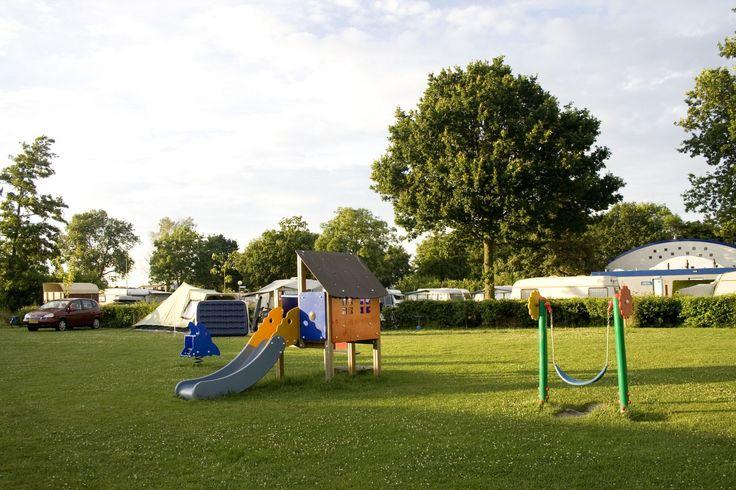 Paardekreek Comfort Plaats  De kampeerplaatsen variëren qua grootte van 80 tot 100 m2 allen zijn voorzien van elektra 10 Amp.water afvoer en CAI-aansluiting (kabeltelevisie). Het gebruik van de douches en het warme water zijn inclusief. Jekunt een eventuele voorkeur aangeven bij je boeking bijvoorbeeld dat je dicht bij het water wilt staan of in de buurt van de speeltuin.Vanaf iedere plaats op de camping kan er gebruik worden gemaakt van draadloos internet dit is geheel kosteloos.  EUR…