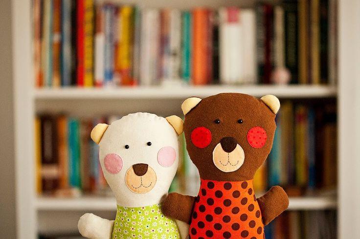 """Medvedík Jožko Textilný medvedík """"kucinko"""" je ušitý zo 100% bavlnených dizajnérskych látok. Výplň tvorí polyesterové makké rúno-gulicky, vdaka ktorým je medvedík krásne makkucky a nadýchaný ako obláčik. Oči sú plastové bezpečnostné, ostatné prvky na """"tvári"""" sú vyšívané. Mdvedík sa môže prať šetrným praním pri teplote do 40stup. Autorský dizajn Eva ..."""