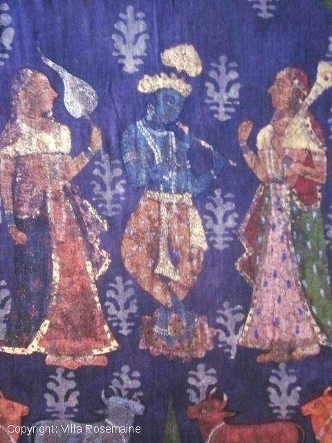 Редкие Pitchwai или индийских религиозных окрашены повешение в конце восемнадцатого века, родом из Раджастана или Декана для внутреннего рынка. Кришна играл на флейте под луной в окружении восьми гопи с поклонниками, зонтики и ювелирные изделия предложение, восемь коров ниже и шесть ангелов на небесах. Indigo блок ситец затем карандашом и украшены золотом и серебром. Полностью выстроились белье красные точки, воск для окрашенных фиолетовым земле. Исключительные документ в очень хорошем…