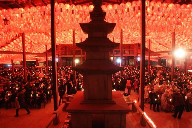 El espectacular templo Bongeun Buddhist en la capital de Corea del Sur, en la llegada del 2014. Foto: AP