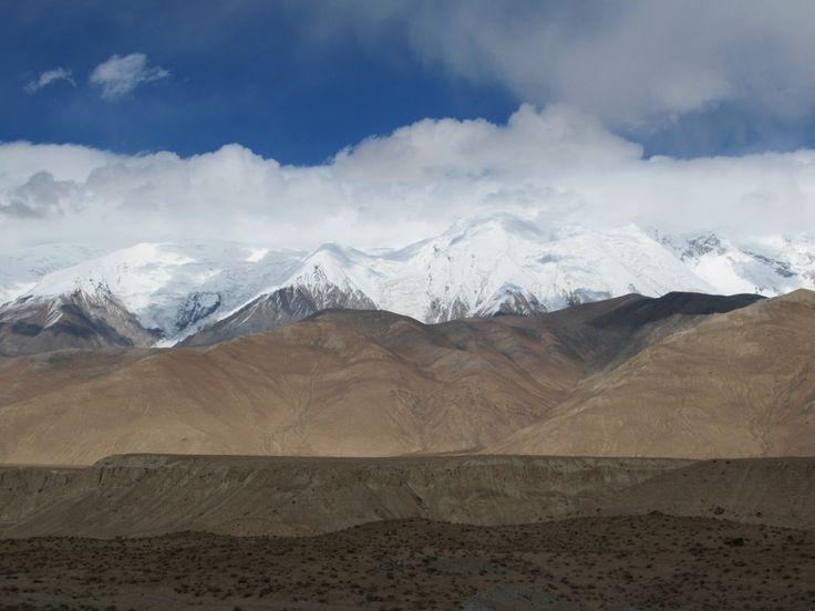 Kongur Tiube (7,530 meters), one of the highest mountains in the Pamir Range, is visible from the Karakoram Highway between Kashgar and Tashkurgan, Xinjiang, China.
