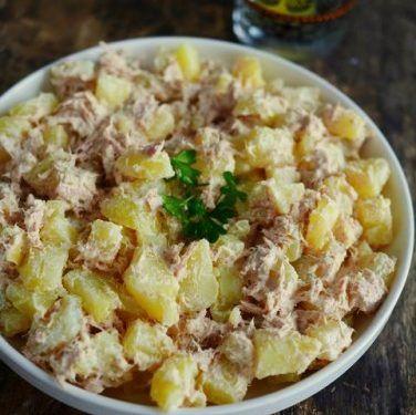"""Ici, on a souvent le réflexe """"salade de pommes de terre"""" quand il nous reste des patates cuites d'un autre plat. Nous avions fait en l'occurrence une petite raclette quelques jours auparavant, aussi le recyclage alimentaire s'imposait de lui-même. Comme chez nous, le menu où l'on termine les restes est le samedi midi, et que …"""