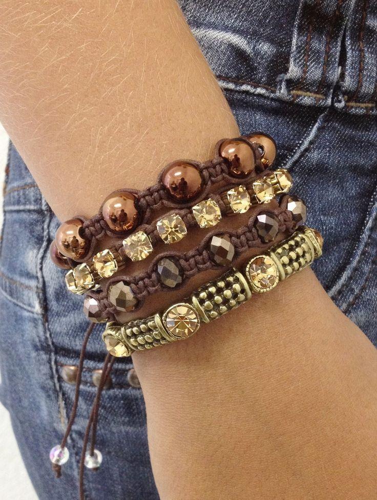 Kit de pulseiras femininas, composto de 4 pulseiras, sendo:  - 1 pulseira com peças em ouro velho e strass, em fio de silicone.  - 1 pulseira de cristas facetados cor café  - 1 pulseira de corrente de strass topaz  - 1 pulseira de pérolas cor café    > informe no pedido o tamanho do seu pulso que...
