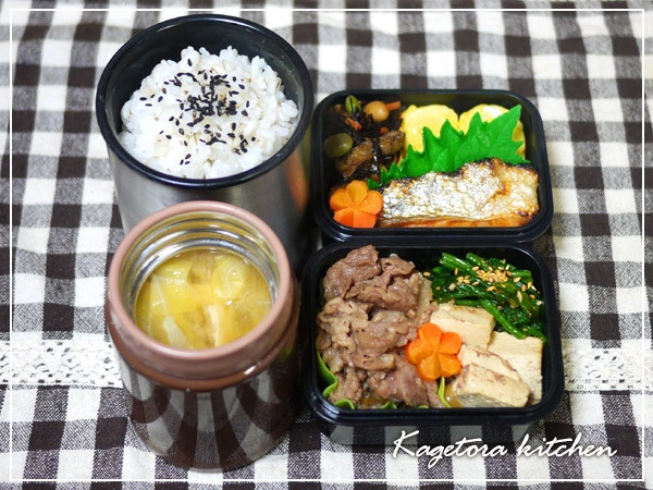 Twitter from @_nekotora_ 2013/02/27水曜日は、ヒジキの煮物、厚焼き玉子、焼鮭、すき焼き風煮込み、ほうれん草のおひたし、キャベツのお味噌汁、麦ご飯 #obento #bento #obentoart 牛肉は豪州、鮭はチリ産、ほかも九州メインで❤