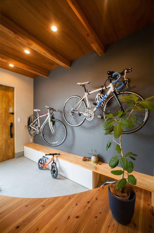 壁に趣味の自転車を収納。インテリアとしても楽しめる。