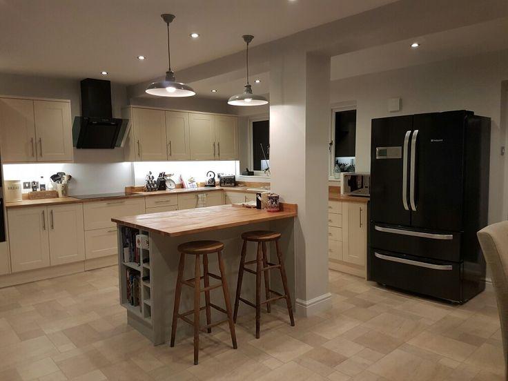 Kitchen, island with pillar feature, Howdens Burford Cream, oak worktops, Colourhill island